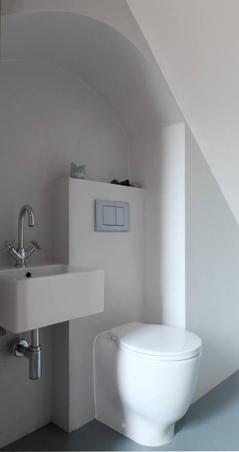 CASA A CAMPIROLI: Bagno in stile in stile Moderno di Officine Liquide