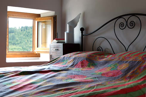 CASA A CAMPIROLI: Camera da letto in stile in stile Moderno di Officine Liquide
