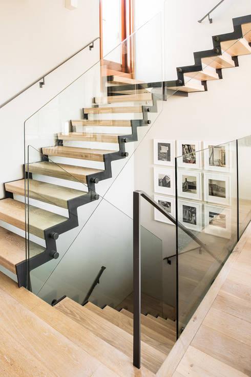 Прихожая, коридор и лестницы в . Автор – Antonio Martins Interior Design Inc