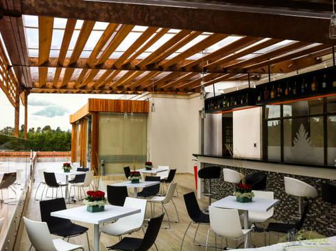 Terraza – Bar Serrezuela Country Club: Bares y discotecas de estilo  por Esbozo Taller de Arquitectura SAS