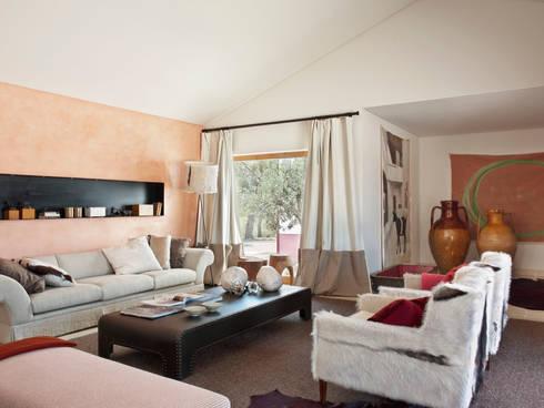 SOUTHERN COMFORT: Salas de estar rústicas por SA&V - SAARANHA&VASCONCELOS