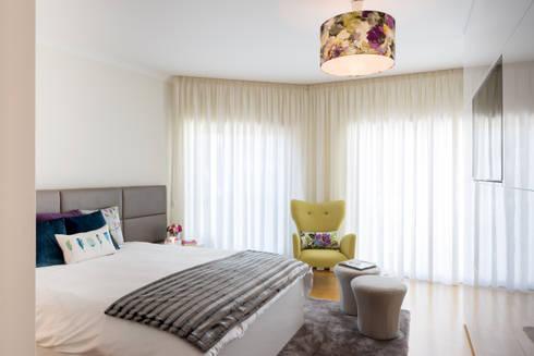 O quarto da Madalena: Quartos modernos por Cássia Lignéa