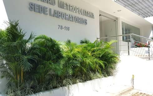 Jardin Laboratorio Universidad Metropolitana: Clínicas de estilo  por ecoexteriores Ltda