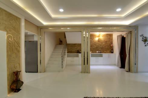 Lobby:  Corridor & hallway by KREATIVE HOUSE