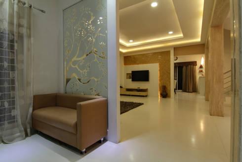 Hallway:  Corridor & hallway by KREATIVE HOUSE