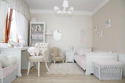 """Półeczki i wieszaczki """"motylki"""": styl , w kategorii Pokój dziecięcy zaprojektowany przez Caramella"""