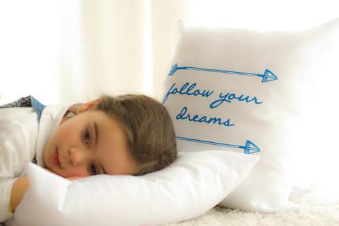 Almofadas decorativas Lovely: Quarto de crianças  por Lovely
