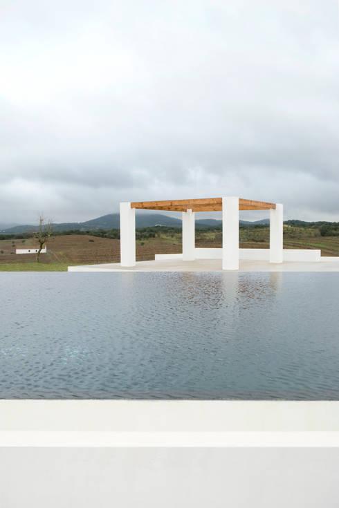 Piscina.Monte Alentejano II.Arraiolos: Piscinas minimalistas por BL Design Arquitectura e Interiores