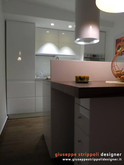 Piccola Cucina ad isola: Cucina in stile in stile Moderno di Giuseppe Strippoli Designer