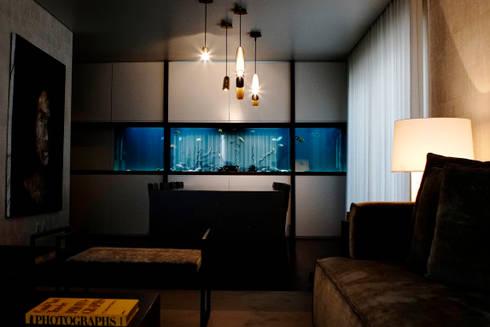 freshwater aquarium in a living room : Sala de estar  por ADn Aquarium Design