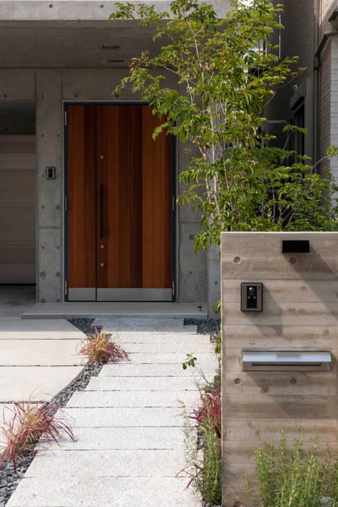 Projekty, eklektyczne Domy zaprojektowane przez Sakurayama-Architect-Design