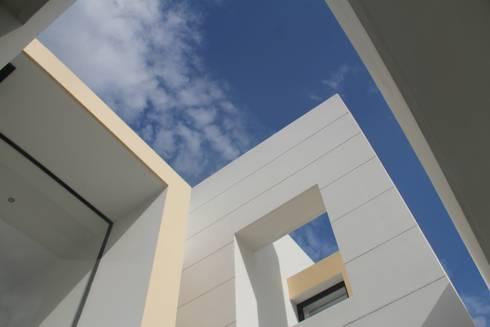 Detalles arquitectonicosfachada principal.: Casas de estilo moderno por Camilo Pulido Arquitectos