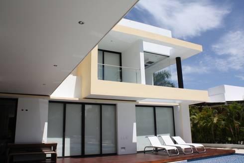 Perspectiva terraza en deck perteneciente a la zona de piscina.: Casas de estilo moderno por Camilo Pulido Arquitectos