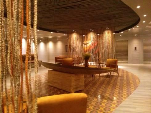 Lobby Hotel: Hoteles de estilo  por CHIMI