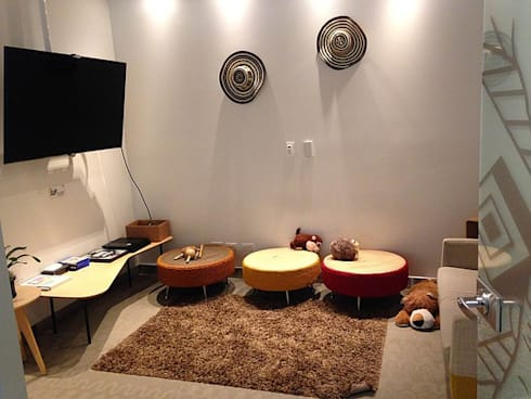 Área de esparcimiento: Salas multimedia de estilo ecléctico por CHIMI