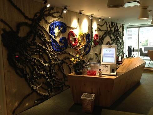 Oficinas Google Bogotá, Colombia: Pasillos y vestíbulos de estilo  por CHIMI