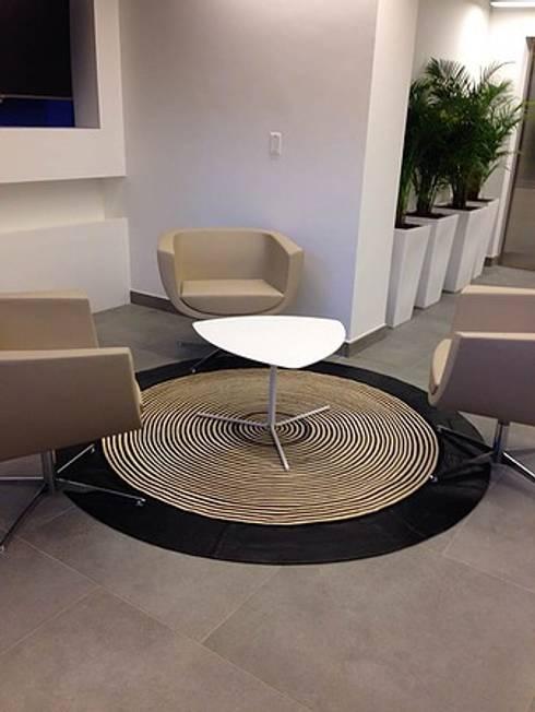 Oficinas Camacol: Pasillos y vestíbulos de estilo  por CHIMI