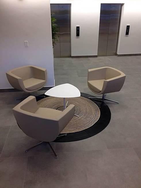 Lobby Oficinas Camacol: Pasillos y vestíbulos de estilo  por CHIMI