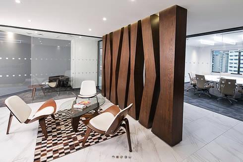 Oficinas Holland & Knight: Pasillos y vestíbulos de estilo  por CHIMI