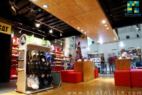 Deportes Güicho: Pasillos y recibidores de estilo  por BCA taller de diseño