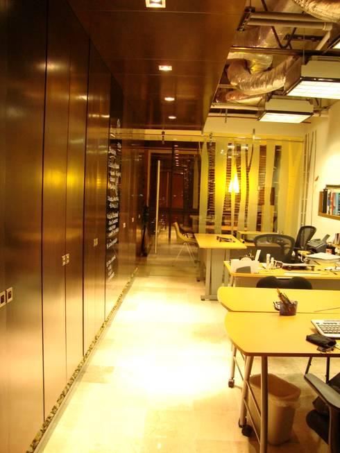 Oficinas BCA : Estudios y oficinas de estilo moderno por BCA taller de diseño