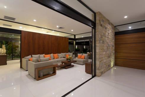 Casa O44: Salas de estilo moderno por P11 ARQUITECTOS