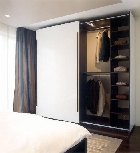 Individueller Kleiderschrank: moderne Schlafzimmer von WEINKATH GmbH