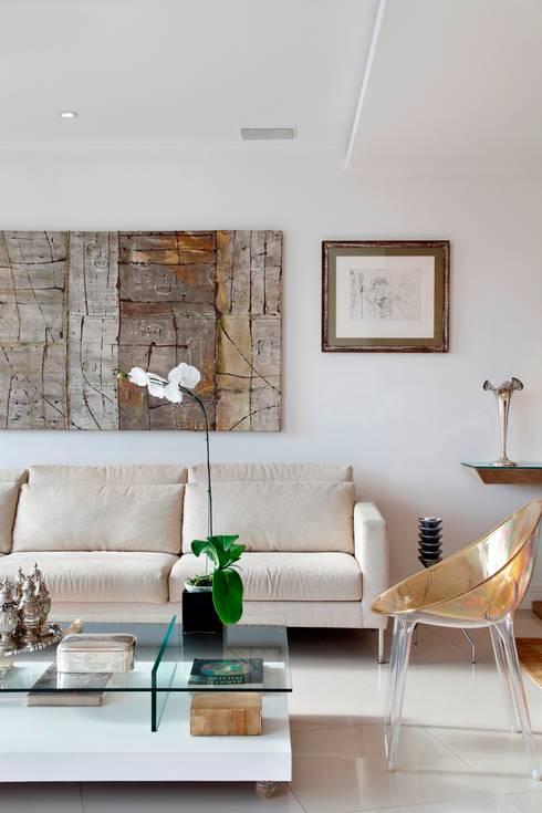 Salon de style de style Moderne par Carlos Salles Arquitetura e Interiores