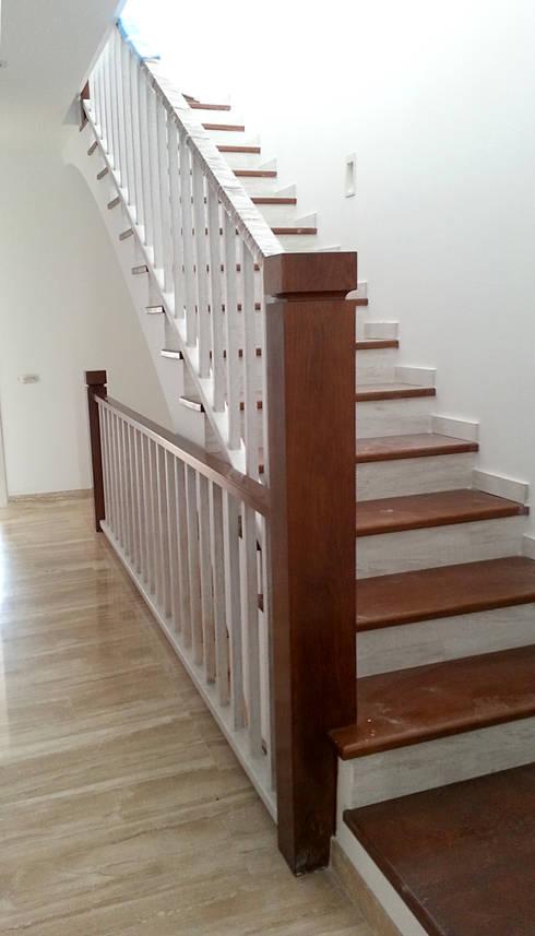 Escalera: Vestíbulos, pasillos y escaleras de estilo  de MUDEYBA S.L.