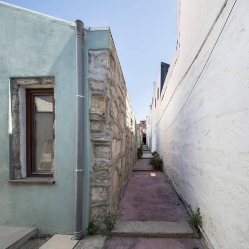 Reabilitação de Ilha no Porto: Casas minimalistas por BAAU - Bernardo Amaral Arquitectura+Urbanismo