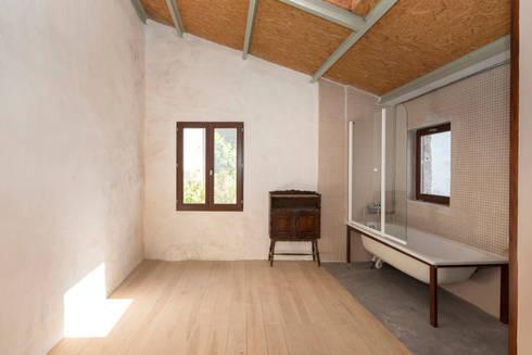 Reabilitação de Ilha no Porto: Quartos minimalistas por BAAU - Bernardo Amaral Arquitectura+Urbanismo