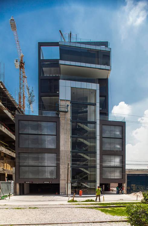 Colegio de la Imagen Publica: Casas de estilo moderno por Serrano Monjaraz Arquitectos