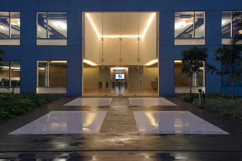 AXA Querétaro Back Offices: Casas de estilo moderno por Serrano Monjaraz Arquitectos