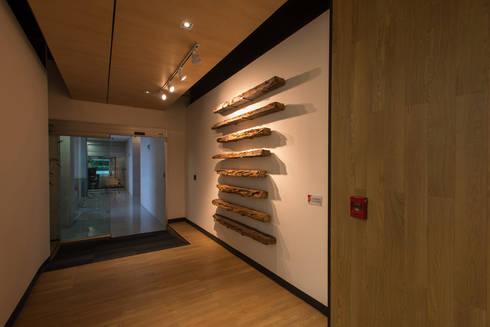 AXA Querétaro Back Offices: Ventanas de estilo  por Serrano Monjaraz Arquitectos