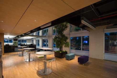 AXA Querétaro Back Offices: Salas de estilo moderno por Serrano Monjaraz Arquitectos