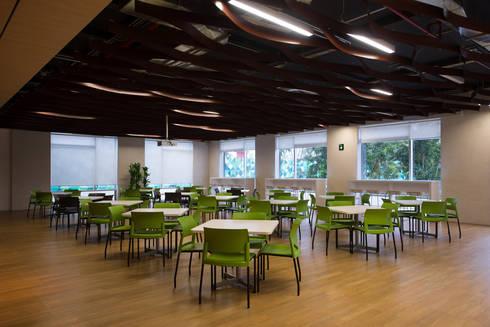AXA Querétaro Back Offices: Comedores de estilo moderno por Serrano Monjaraz Arquitectos
