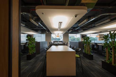 AXA Querétaro Back Offices: Paredes de estilo  por Serrano Monjaraz Arquitectos