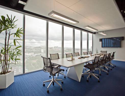 Showroom y Oficinas Gravita: Estudios y oficinas de estilo moderno por Serrano Monjaraz Arquitectos