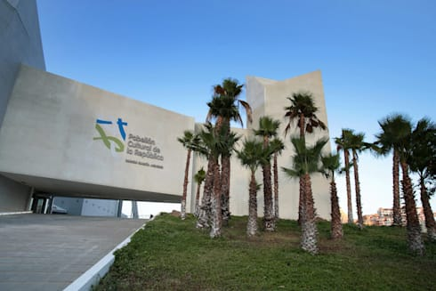 Pabellón Cultural de la República: Jardines de estilo moderno por Serrano Monjaraz Arquitectos
