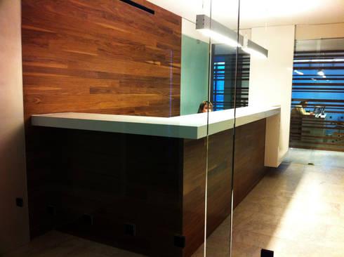 Oficinas Decomarc: Estudios y oficinas de estilo moderno por Serrano Monjaraz Arquitectos