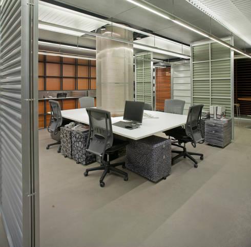Showroom Hunter Douglas: Estudios y oficinas de estilo moderno por Serrano Monjaraz Arquitectos