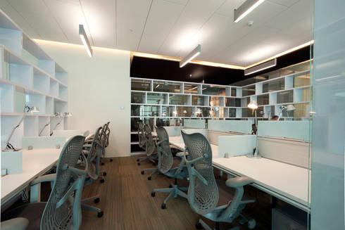 Fusión Corporativa : Estudios y oficinas de estilo moderno por Serrano Monjaraz Arquitectos