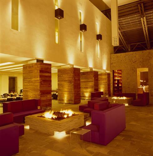 Hotel La Purificadora: Salas de estilo moderno por Serrano Monjaraz Arquitectos