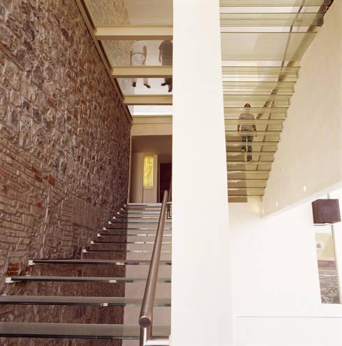 Hotel La Purificadora: Pasillos y recibidores de estilo  por Serrano Monjaraz Arquitectos