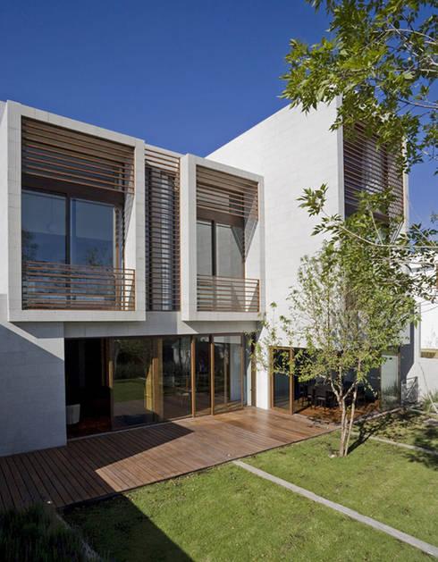 Casa LB : Casas de estilo moderno por Serrano Monjaraz Arquitectos