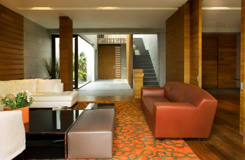 Casa LB : Salas de estilo moderno por Serrano Monjaraz Arquitectos