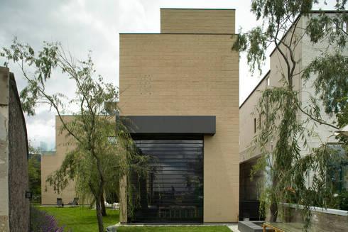 Casa Tierra : Casas de estilo moderno por Serrano Monjaraz Arquitectos