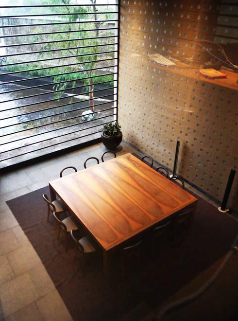 Casa Tierra : Comedores de estilo moderno por Serrano Monjaraz Arquitectos