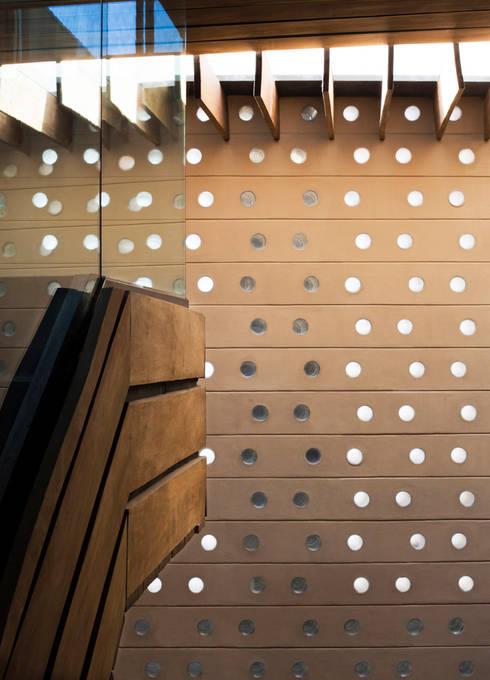 Paredes de estilo  por Serrano Monjaraz Arquitectos