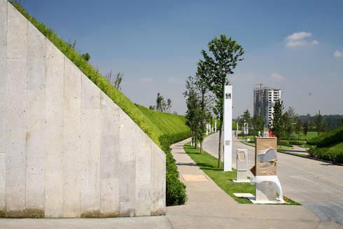 Cumbres de Santa Fé: Jardines de estilo moderno por Serrano Monjaraz Arquitectos